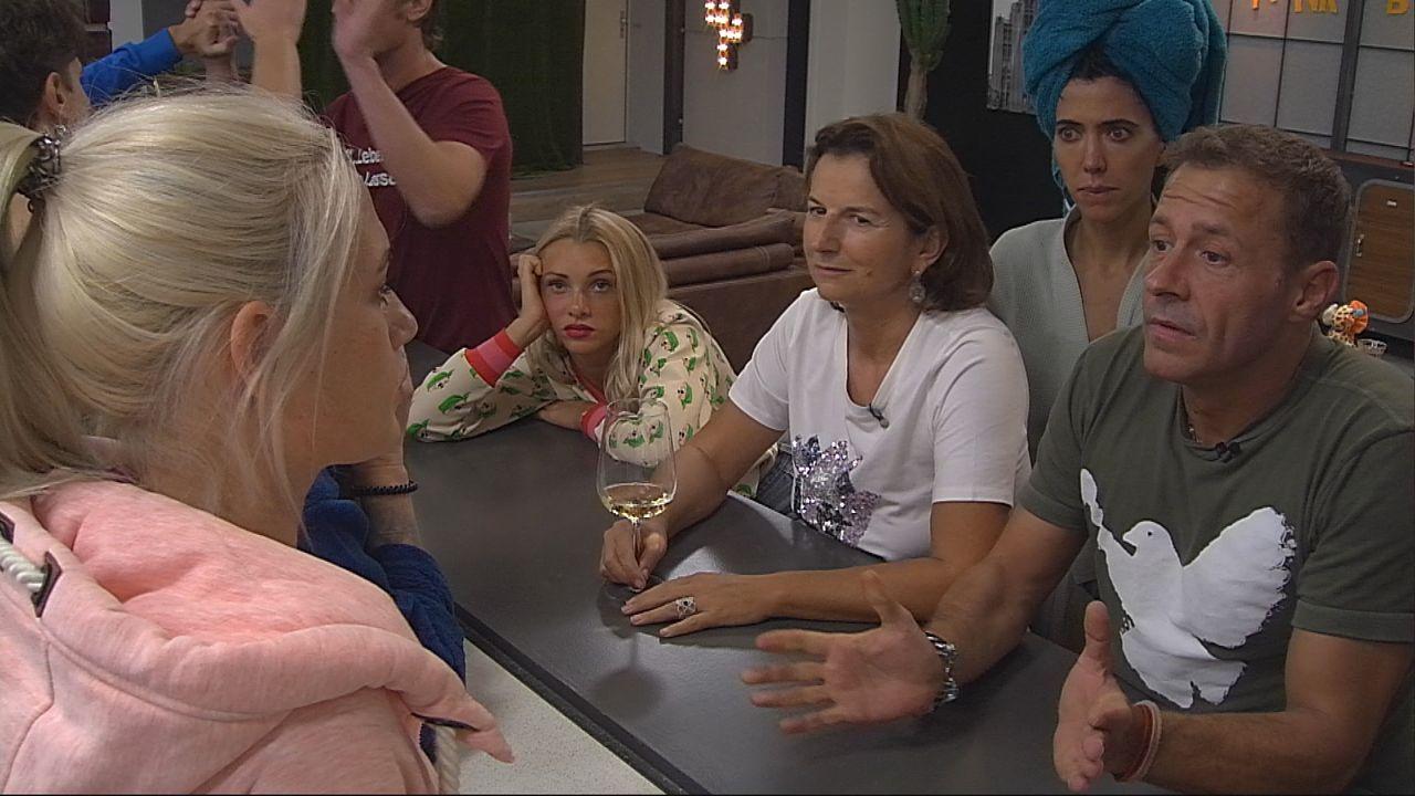 """Nicht alle Bewohner sind traurig darüber, dass Sarah Knappik """"Promi Big Brother"""" verlassen muss - Bildquelle: SAT.1"""