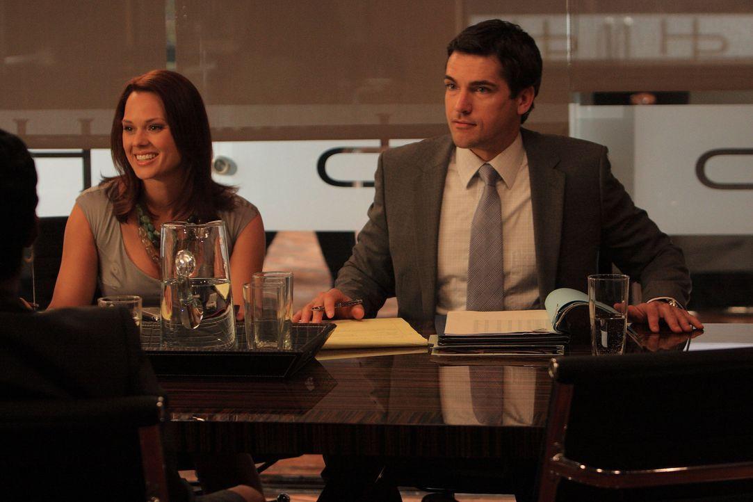 Grayson (Jackson Hurst, r.) hat keinen Schimmer, dass seine verstorbene Freundin Deb die Identität seiner Kollegin Jane angenommen hat und stürzt... - Bildquelle: 2009 Sony Pictures Television Inc. All Rights Reserved.
