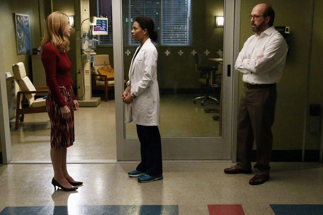 Während Maggie (Kelly McCreary, M.) und die anderen Ärzte um das Leben von Jessica und Aliyah kämpfen, haben die Eltern (Jenny Cooper, l. und Eric L... - Bildquelle: Mitchell Haaseth ABC Studios