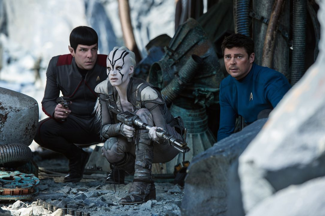 Noch ahnen Spock (Zachary Quinto, l.), Jaylah (Sofia Boutella, M.) und Doc Bones (Karl Urban, r.) nicht, gegen wen sie nach dem Absturz der Enterpri... - Bildquelle: Kimberley French 2016 Paramount Pictures. STAR TREK and related marks and logos are trademarks of CBS Studios Inc.