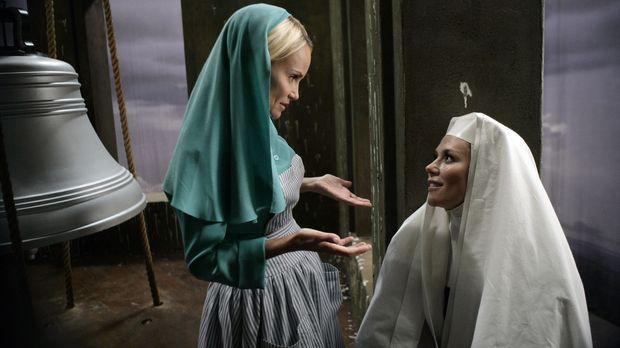 Im Kloster stürzt Olives (Kristin Chenoweth, l.) Freundin, Schwester Larue, v...