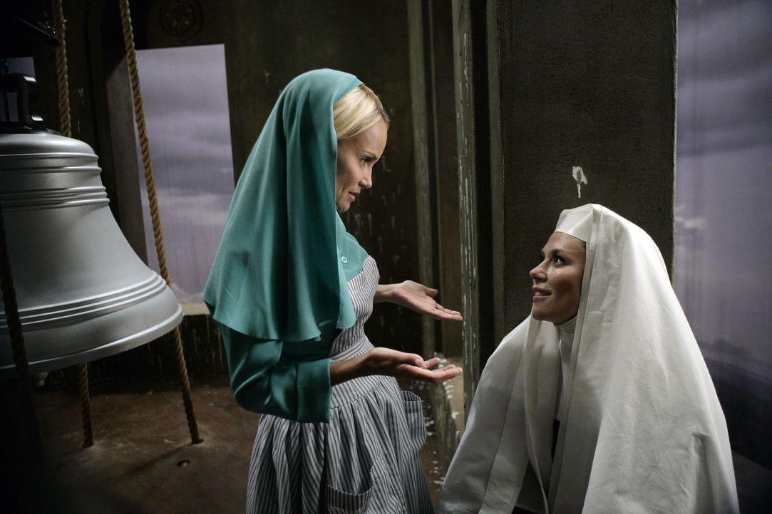 Im Kloster stürzt Olives (Kristin Chenoweth, l.) Freundin, Schwester Larue, vom Glockenturm. Olive heuert Emerson an, um einen Selbstmord auszuschl... - Bildquelle: Warner Brothers