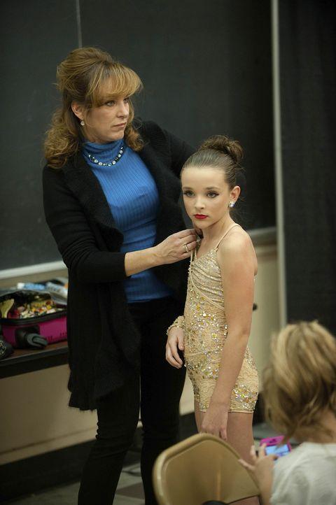 Das neue Thema eines Tanzes gefällt Jill (l.) und ihrer Tochter Kandall (r.) ganz und gar nicht ... - Bildquelle: Scott Gries 2011 A+E Networks