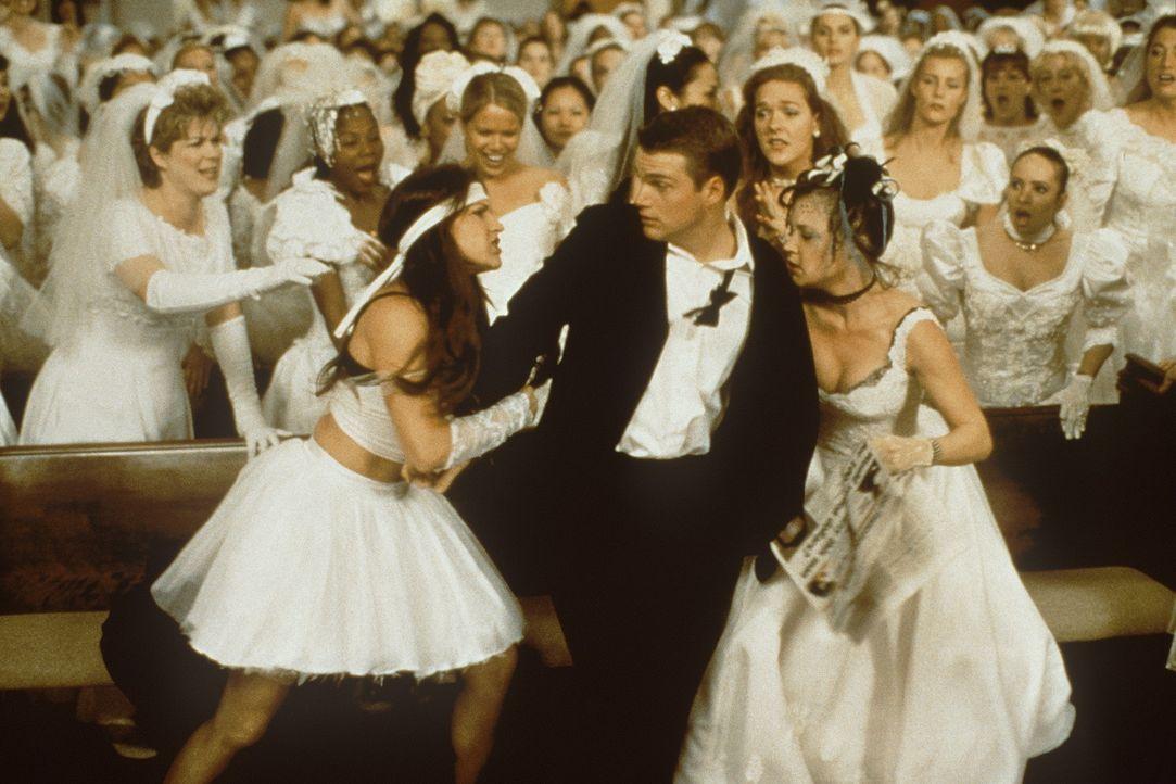 Angelockt durch ein Zeitungsinserat wird Jimmy (Chris O'Donnell, M.) von heiratswilligen Mädels belagert, die alle nur einen Millionenerben ehelich... - Bildquelle: New Line Cinema