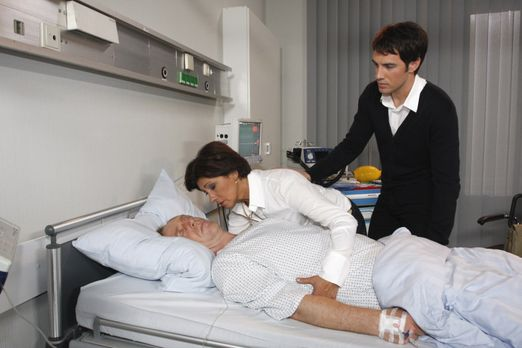 Adrian (Joachim Kappl, l.) stirbt, noch bevor er die Organspende von Mark (Ar...