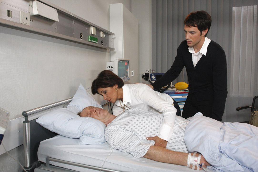 Adrian (Joachim Kappl, l.) stirbt, noch bevor er die Organspende von Mark (Arne Stephan, r.) erhalten kann. Ingrid Sachs (Olivia Silhavy, M.) ist am... - Bildquelle: SAT.1