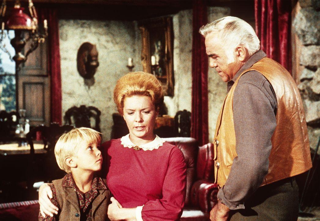 Ben Cartwright (Lorne Greene, r.) hofft, dass Allie (Janet De Gore, M.) und ihr Sohn Tommy (Teddy Quinn, l.) vor ihrem Mann, der aus dem Gefängnis a... - Bildquelle: Paramount Pictures