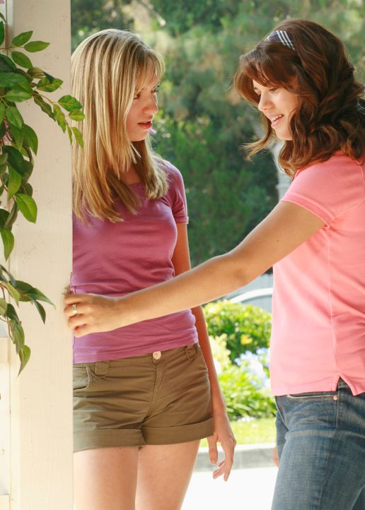 Dylan (Lyndsy Fonseca, r.) erzählt Julie (Andrea Bowen, l.) von einem immer wiederkehrenden Traum: Ein Mann ist in ihrem Zimmer, der sie anfassen mö... - Bildquelle: ABC Studios