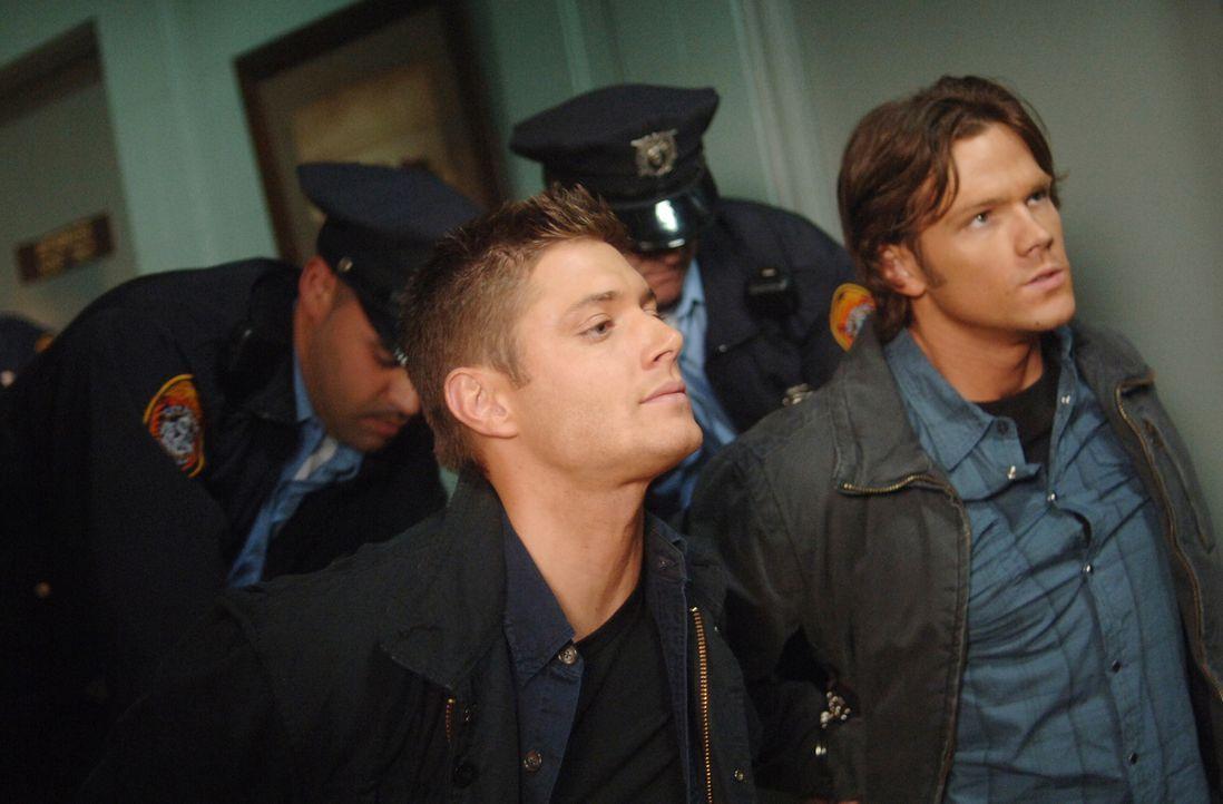 Ein neuer mysteriöser Fall bringt Sam (Jared Padalecki, r.) und Dean (Jensen Ackles, l.) hinter die Gitter der staatlichen Strafanstalt ... - Bildquelle: Warner Bros. Television