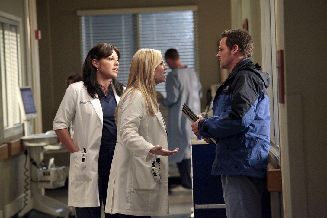 Arizona (Jessica Capshaw, M.) erfährt von Alex' (Justin Chambers, r.) Überlegungen, ans Johns Hopkins Hospital zu wechseln, und ist total wütend. Ca... - Bildquelle: Touchstone Television