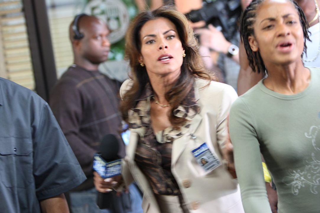 Die Reporterin Mia Sanchez (Lisa Vidal, M.) ist immer auf der Suche nach einer Sensation ... - Bildquelle: Warner Brothers