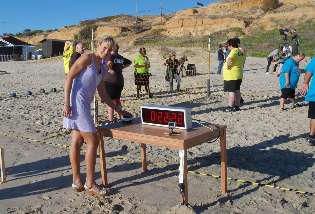 Am Strand müssen die Kandidaten einen Hindernissparcour bewältigen. Unter genauer Beobachtung von Dr. Christine Theiss (vorne) wird die Zeit gemes... - Bildquelle: SAT.1
