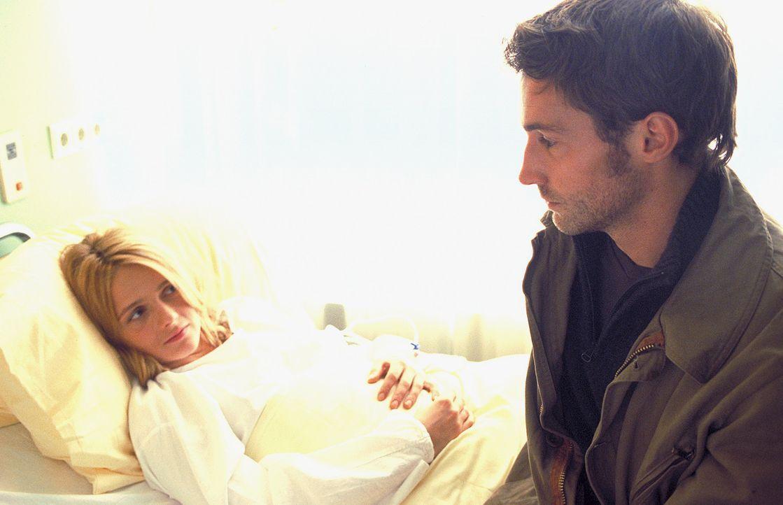 Finden langsam zueinander: Sarah (Laura Schuhrk, l.) und Daniel (Benjamin Sadler, r.) ... - Bildquelle: ProSieben/Rabold