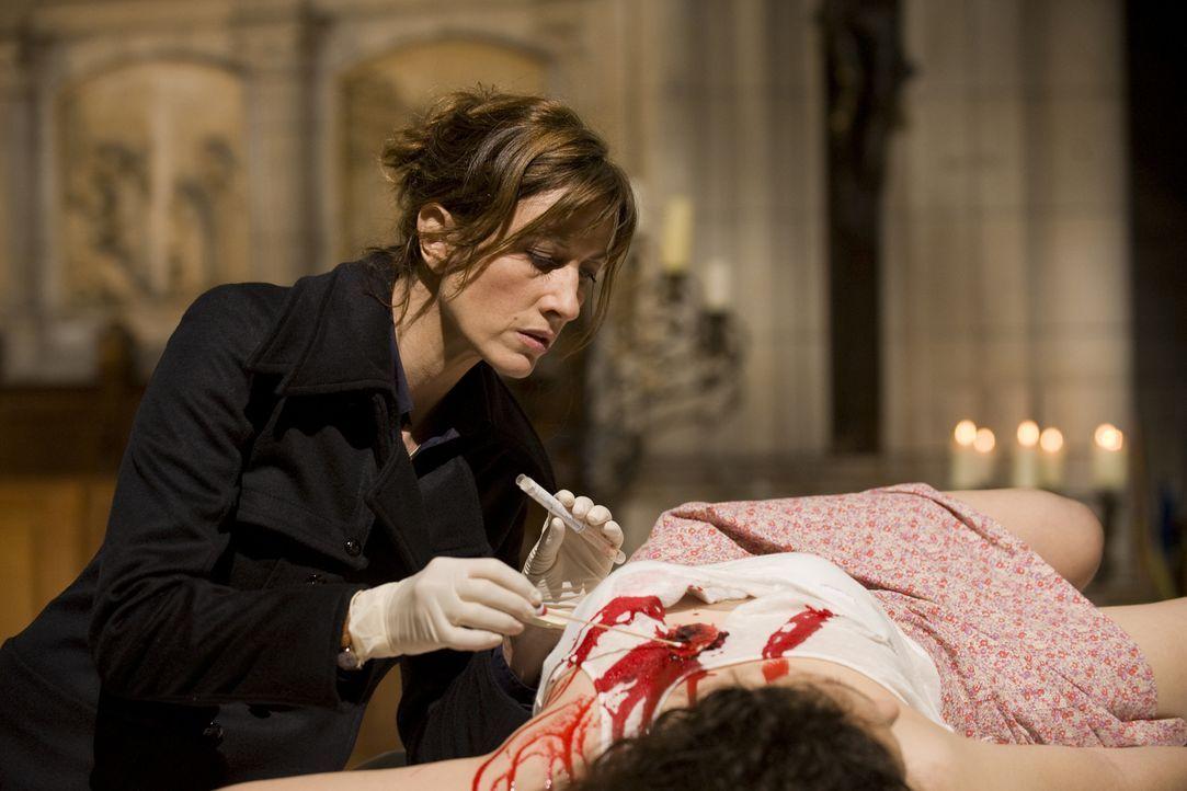 Findet die Gerichtsmedizinerin (Valérie Dashwood) wichtige Hinweise zum Tathergang? - Bildquelle: Jaïr Sfez 2012 BEAUBOURG AUDIOVISUEL