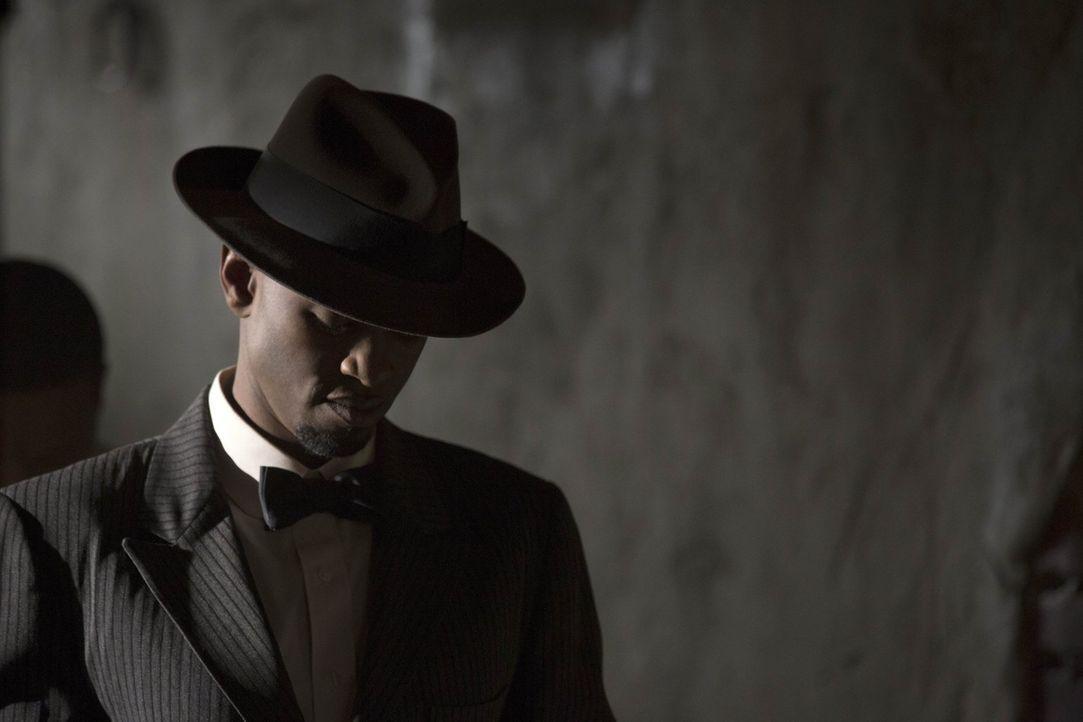 Der gefährliche Hexenmeister Papa Tunde (Owiso Odera) vermehrt seine Macht auf eine Art und Weise, die ganz New Orleans zerstören könnte ... - Bildquelle: Warner Bros. Television