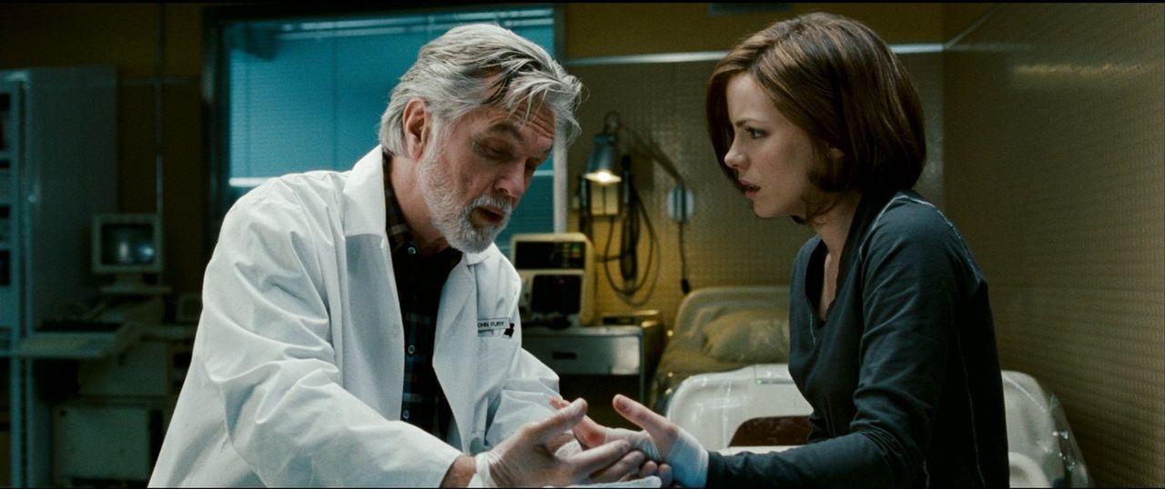 Noch vertraut Carrie (Kate Beckinsale, r.) Dr. John Fury (Tom Skerritt, l.) voll und ganz. Doch dann passiert ein Mord auf der Amundsen-Scott-Forsch... - Bildquelle: Warner Bros.