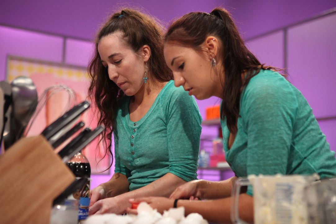 Bei ihnen ist Geschwisterpower die Strategie, um die perfekte Torte zu backen: Jaime Lavallee (l.) und ihre Schwester Michelle (r.) ... - Bildquelle: 2016,Television Food Network, G.P. All Rights Reserved