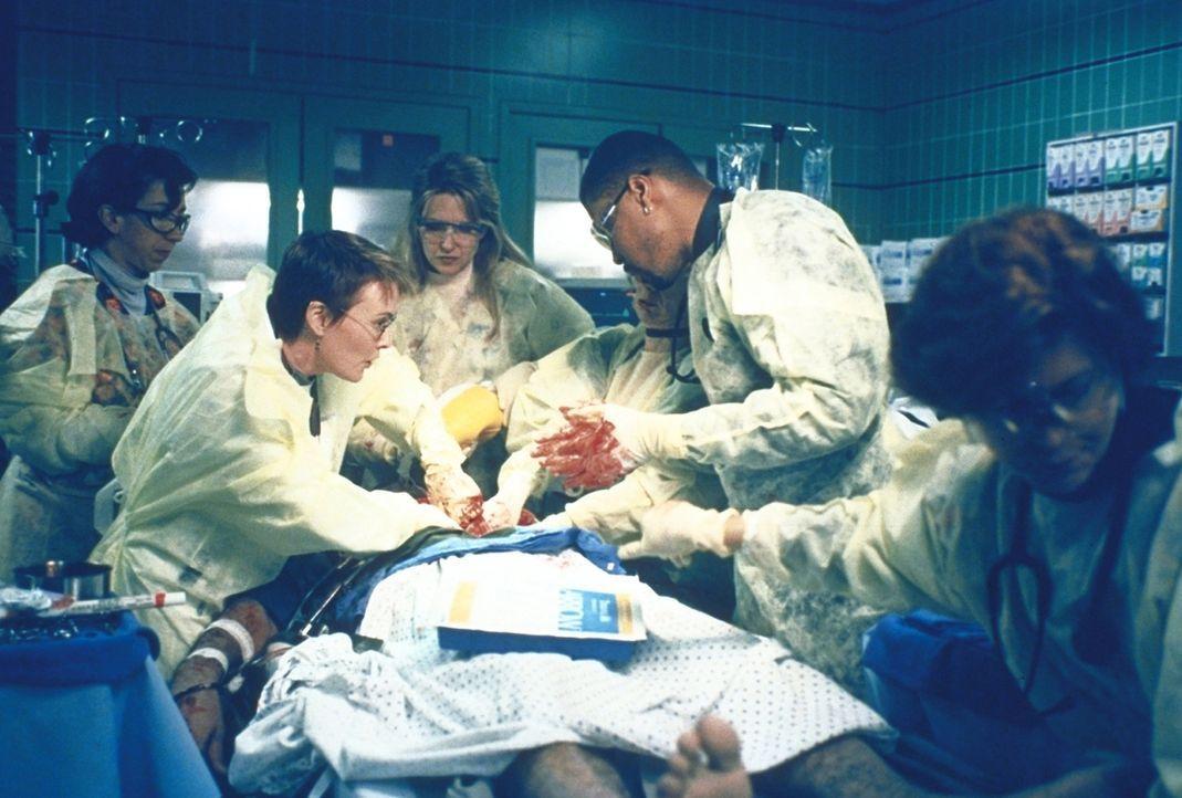 Vergeblich bemühen sich Benton (Eriq LaSalle, 2.v.r.) und Weaver (Laura Innes, 2.v.l.) um einen Patienten mit Herzstillstand. - Bildquelle: TM+  2000 WARNER BROS.