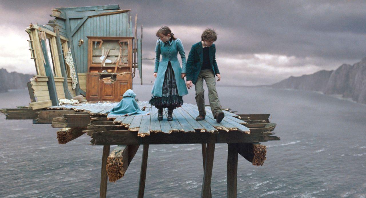 Finden sich urplötzlich mitten im Ozean wieder: Violet (Emily Browning, M.), Klaus (Liam Aiken, r.) und die kleine Sunny (Kara/ Shelby Hoffman, l.)... - Bildquelle: Copyright   2004 by  DREAMWORKS LLC  and PARAMOUNT PICTURES CORPORATION.  All Rights Reserved.