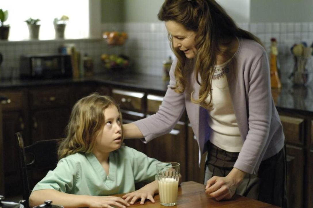 Was hat Sara (Alice Krige, r.) mit Maia (Conchita Campbell, l.) nur vor? - Bildquelle: Viacom Productions Inc.