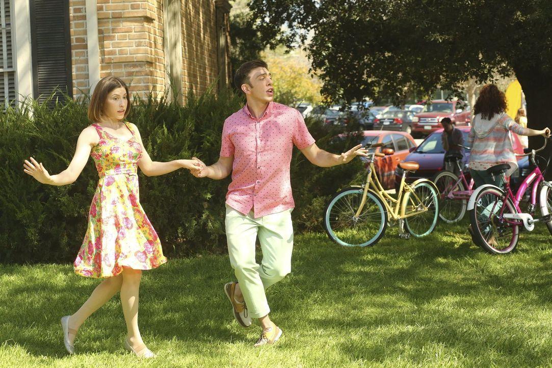 Lassen die vergangene Zeit auf besondere Weise Revue passieren: Sue (Eden Sher, l.) und Brad (Brock Ciarlelli, r.) ... - Bildquelle: Warner Bros.