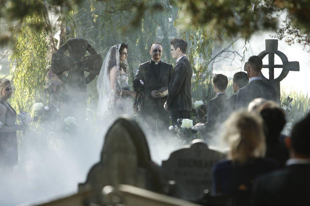 Die Hochzeit von Peggy (AnnaMaria Demara, l.) und Edgar (Liam Hall, r.) verläuft nicht nur aufgrund des Mottos anders, als eine normale Trauung ... - Bildquelle: 2016 Warner Brothers