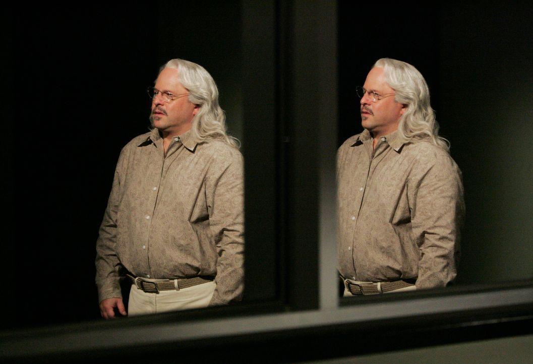 Durch einige Berechnung findet Reid tatsächlich den Ort, an dem die Entführten versteckt sind. Rothschild (Jason Alexander) triumphiert, denn genau... - Bildquelle: Touchstone Television