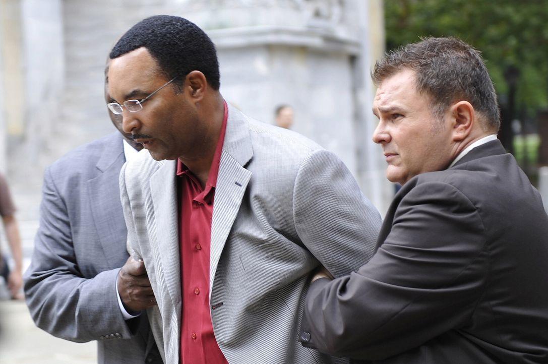Haben Det. Will Jeffries (Thom Barry, hinten l.) und Det. Nick Vera (Jeremy Ratchford, r.) endlich den Mörder der Lehrerin Laura McKinney gefasst? - Bildquelle: Warner Bros. Television