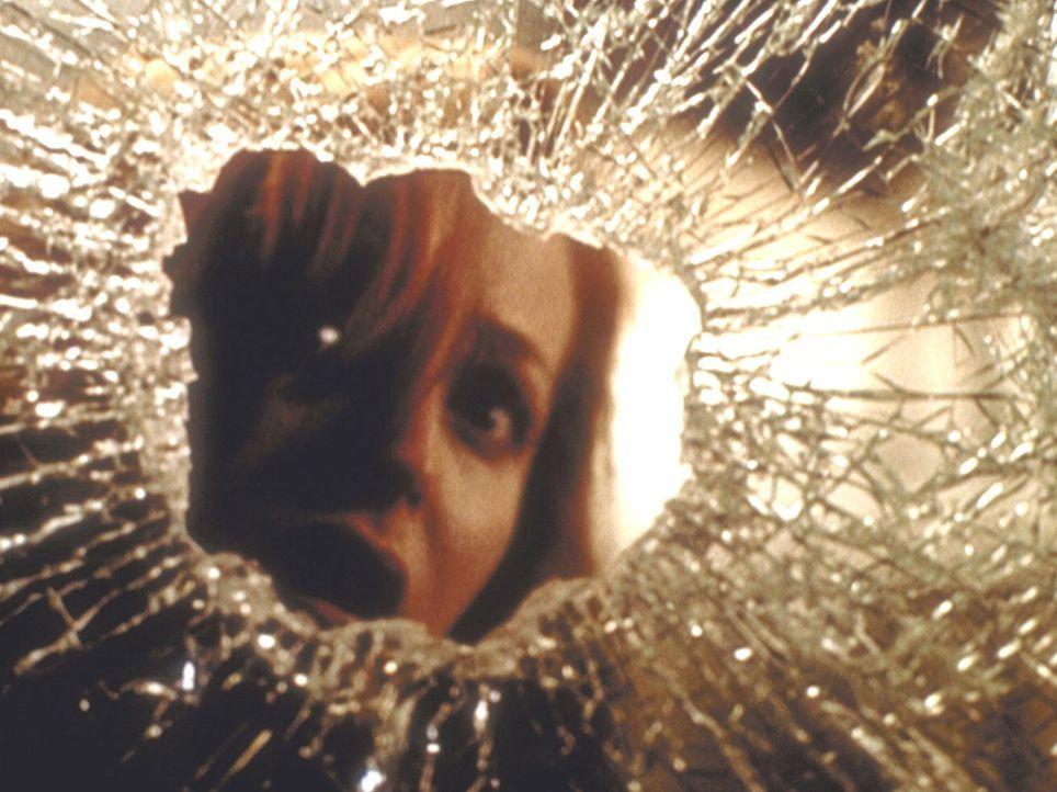 Scully (Gillian Anderson) flüchtet vor dem unheimlichen Mörder in eine Telefonzelle ... - Bildquelle: TM +   2000 Twentieth Century Fox Film Corporation. All Rights Reserved.