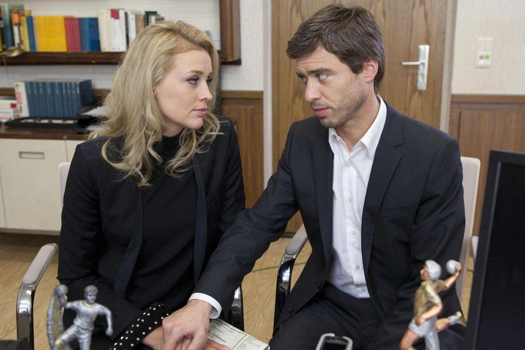 Halten zusammen: Julian (Sebastian Hölz, r.) und Alexandra (Verena Mundhenke, l.) ... - Bildquelle: SAT.1