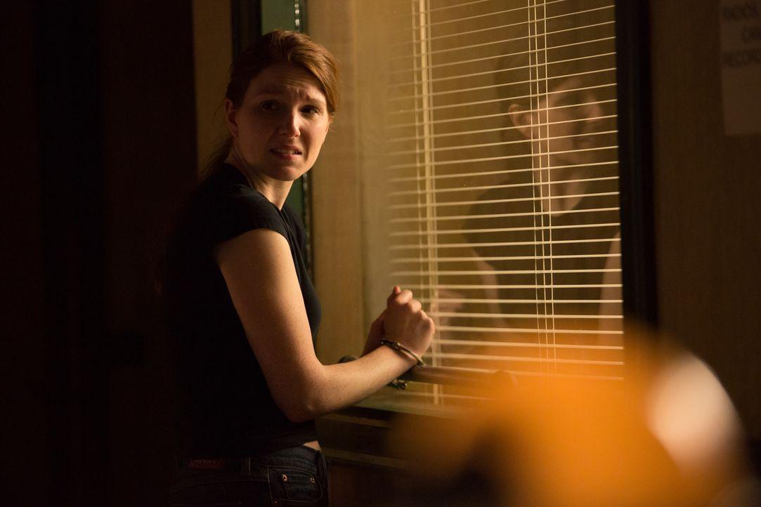 Angsterfüllt: Lindsay Keenan auf der Polizeiwache. Ein fragwürdiger Polizist schikaniert seit Jahren die Keenan-Familie und hat ihren Bruder mit fad... - Bildquelle: Darren Goldstein Cineflix 2014
