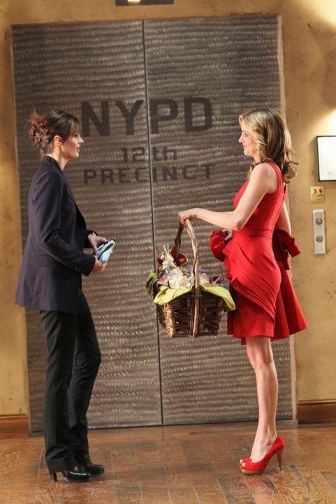 Madison Queller (Julie Gonzalo, r.) übergibt Kate Beckett (Stana Katic, l.) einen Geschenkkorb als Dankeschön. - Bildquelle: ABC Studios