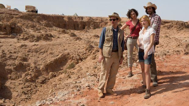 Das Team rund um den Archäologen Dr. Holden (Denis O'Hare, l.), Sunni (Christ...