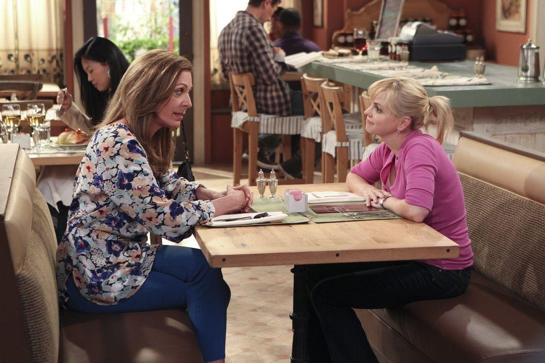 Beim Wiedersehen mit ihrer Mutter Bonnie (Allison Janney, l.) redet Christy (Anna Faris, r.) Tacheles und spart nicht mit herber Kritik an Bonnies E... - Bildquelle: Warner Bros. Television