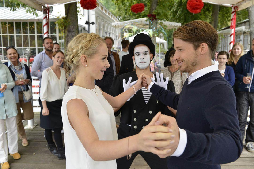 """Luisa (Jenny Bach, l.) möchte die anfängliche Harmonie zwischen Julian (Oliver Bender, r.) und sich wieder herstellen, indem sie ihn mit einer """"Reis... - Bildquelle: Oliver Ziebe sixx"""