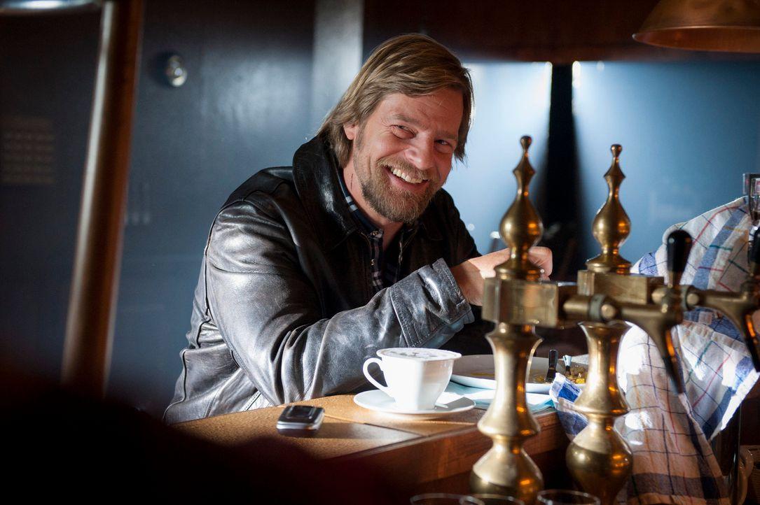 Sein Flirt mit der Kollegin Averdunk entwickelt sich in eine Richtung, die sein Leben etwas komplizierter macht: Mick (Henning Baum) ... - Bildquelle: Martin Rottenkolber SAT.1