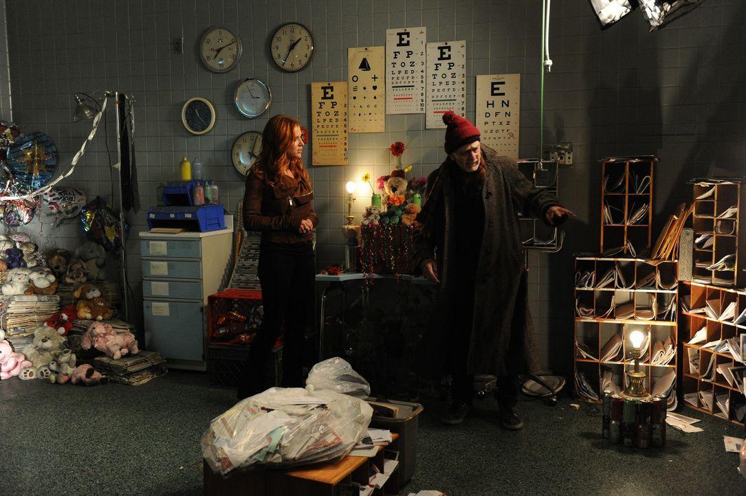 In einem stillgelegten Sanatorium wird die Leiche von Peter Suderman, einem Geisterjäger gefunden. Gordon (Martin Shakar, r.), ein verwirrter Mann,... - Bildquelle: 2011 CBS Broadcasting Inc. All Rights Reserved.