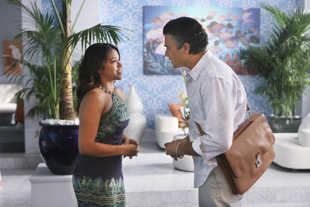 Während sich Jane (Gina Rodriguez, l.) und ihr Vater Rogelio (Jaime Camil, r.) näher kommen, landet Rafael hinter Gittern ... - Bildquelle: 2014 The CW Network, LLC. All rights reserved.