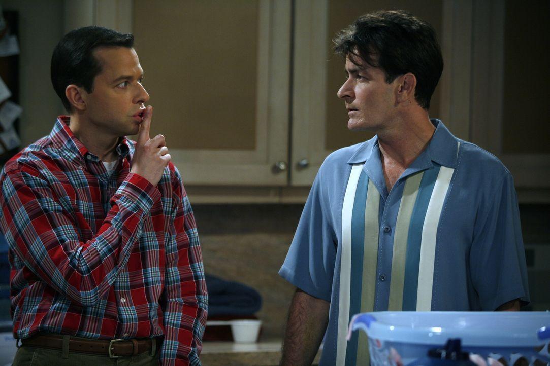 Charlie (Charlie Sheen, r.) und sein Bruder Alan (Jon Cryer, l.) haben das gleiche Problem: Beide sind einer Frau verfallen und können sich gegen de... - Bildquelle: Warner Brothers Entertainment Inc.