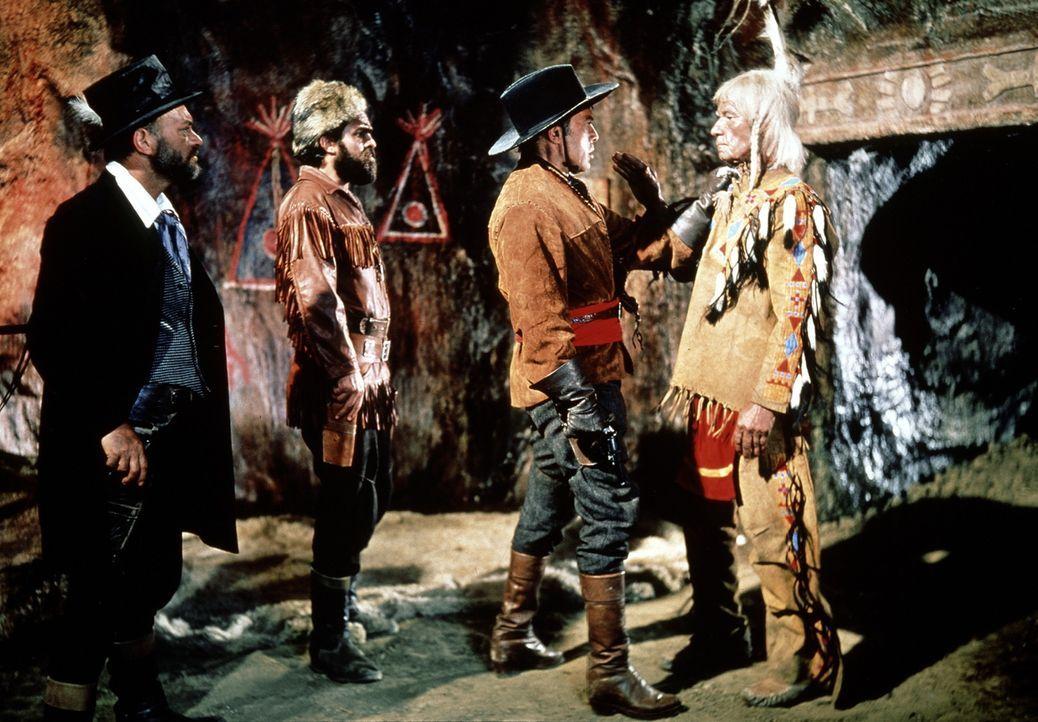 Ein alter, blinder Indianer bewacht den legendären Schatz im Silbersee. Kein Wunder, dass sich Colonel Brinkley (Herbert Lom, 2.v.r.) und seine Gef... - Bildquelle: Columbia Pictures