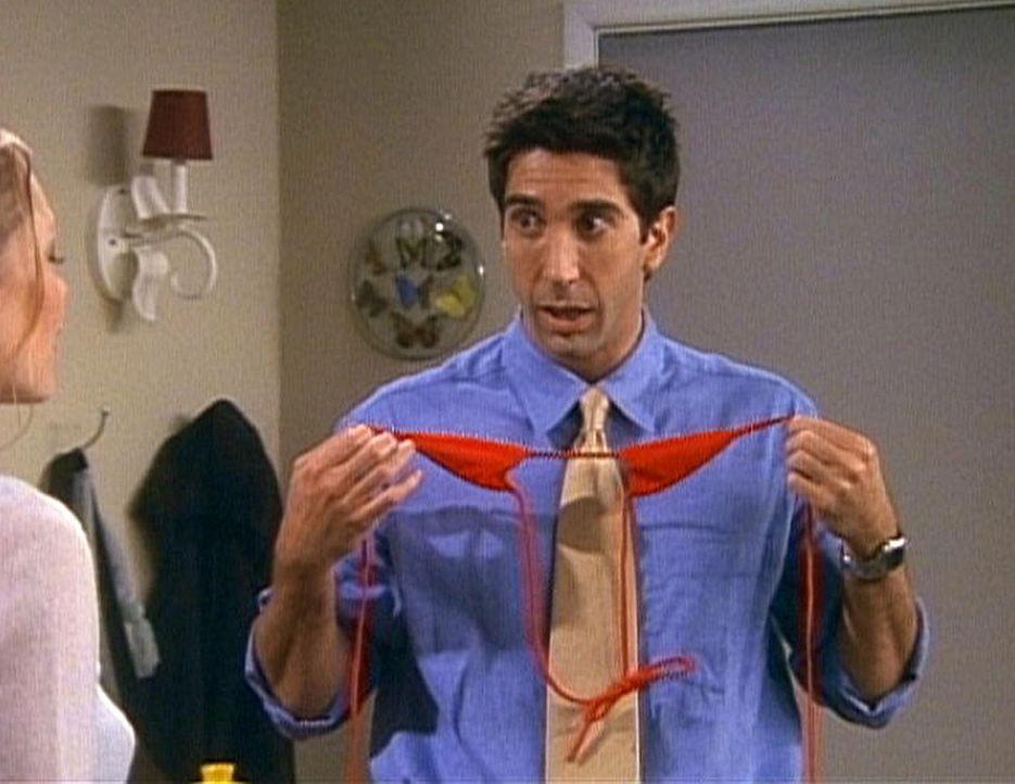 Ross (David Schwimmer, r.) hat seine Probleme damit, dass seine Freundin ihren Urlaub leicht bekleidet am Strand verbringen will. - Bildquelle: TM+  2000 WARNER BROS.