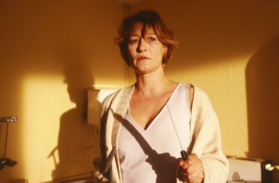 Eines Abends spürt die Psychologin Ellen (Suzanne von Borsody), als sie von einem langen Spaziergang zurückkommt, dass noch jemand im Haus ist ... - Bildquelle: Norbert Kuhroeber Sat.1