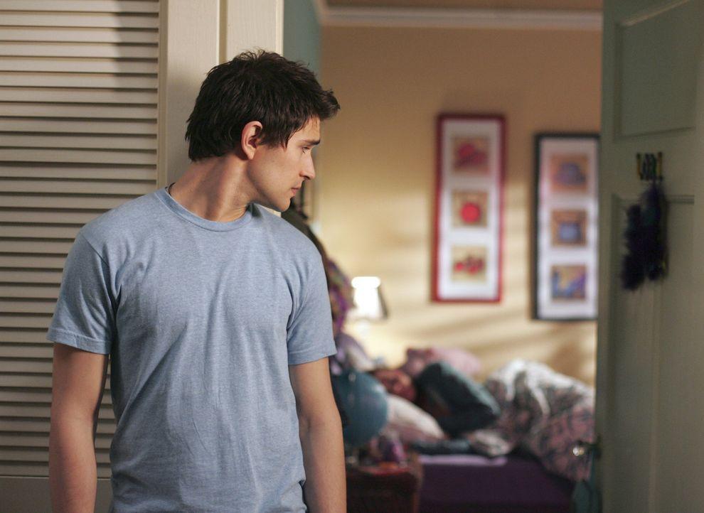 Er macht sich große Sorgen um Lori (April Matson, hinten). Kyle (Matt Dallas) will unbedingt herausfinden, wer hinter der Attacke steckt ... - Bildquelle: TOUCHSTONE TELEVISION