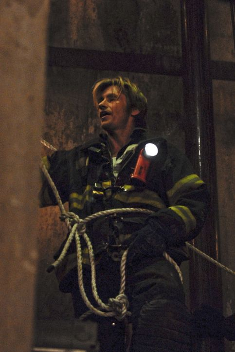 Bei den Einsätzen spielt Tommy (Denis Leary) in Keefes Uniform den Helden und sorgt für Verwirrung in der Crew ... - Bildquelle: 2007 Sony Pictures Television Inc. All Rights Reserved