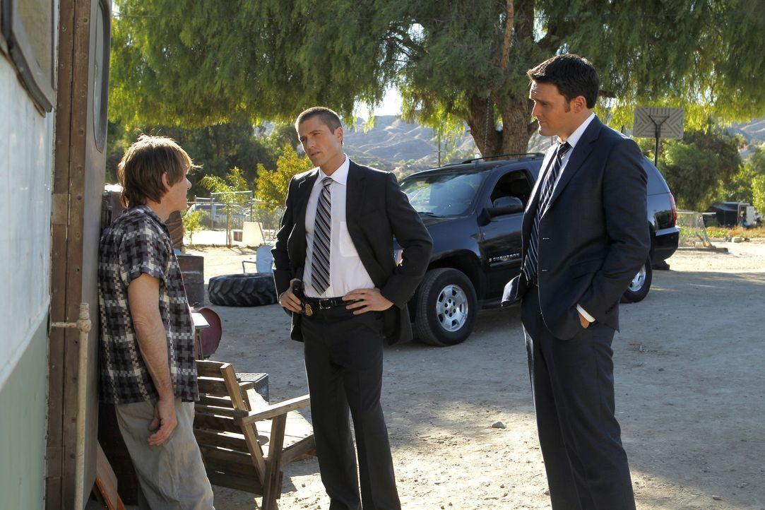Nachdem Patrick Jane entführt wurde, beginnen Wayne (Owain Yeoman, r.) und Craig (Eric Winter, M.) mit den Ermittlungen und stoßen dabei auf Greog... - Bildquelle: Warner Bros. Television