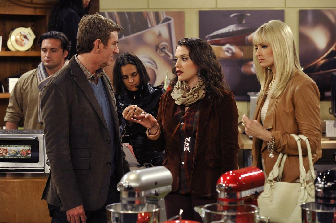 """""""Aber es ist doch Weihnachten!"""" Max (Kat Dennings, M.) und Caroline (Beth Behrs, r.) hoffen auf eine versöhnliche Stimmung im Kaufhaus. Sie bräuch... - Bildquelle: Warner Brothers"""