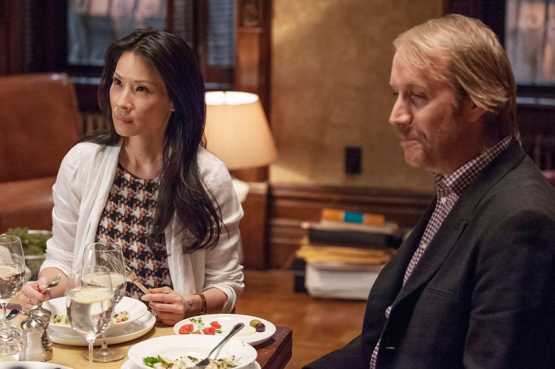 Zum Leidwesen von Sherlock sind Mycroft (Rhys Ifans, r.) und Watson (Lucy Liu, l.) ein Paar ... - Bildquelle: CBS Television