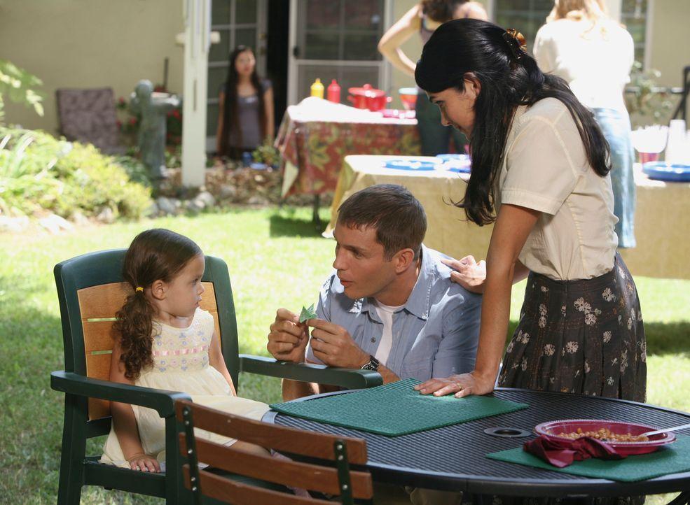 Matt (Matthew Marsden, M.) unterhält sich mit Anna (Lela Loren, r.) und ihrer Tochter Sari (Layla Wheeler, l.). - Bildquelle: ABC Studios