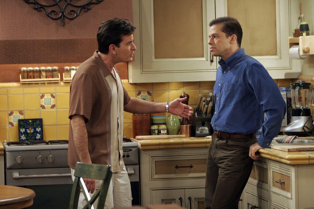 Charlie (Charlie Sheen, l.) versucht alles, um Alan (Jon Cryer, r.) davon zu überzeugen, seinen schwulen Partner zu spielen ... - Bildquelle: Warner Bros. Television