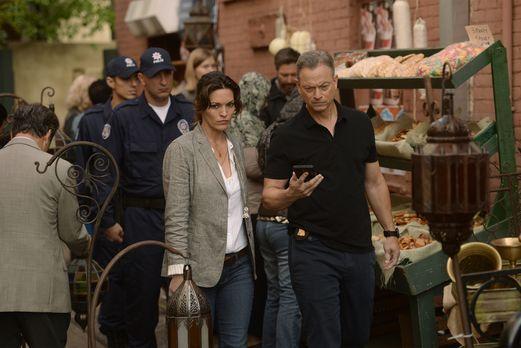 Clara (Alana De La Garza, l.), Jack (Gary Sinise, r.) und ihre Kollegen vom I...